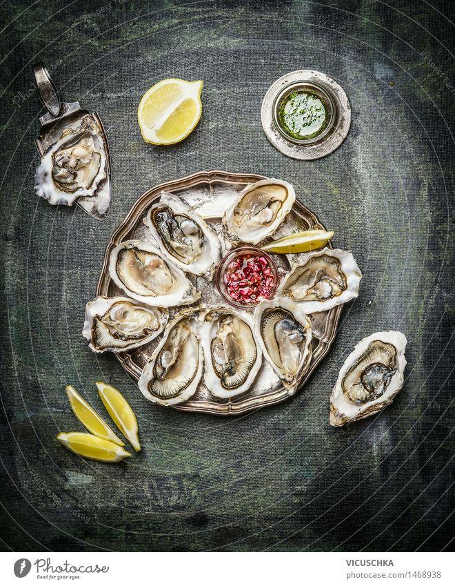 Austern Platte mit Zitrone und verschiedenen Saucen Gesunde Ernährung dunkel Leben Essen Foodfotografie Stil Lebensmittel Party Design Frucht Tisch