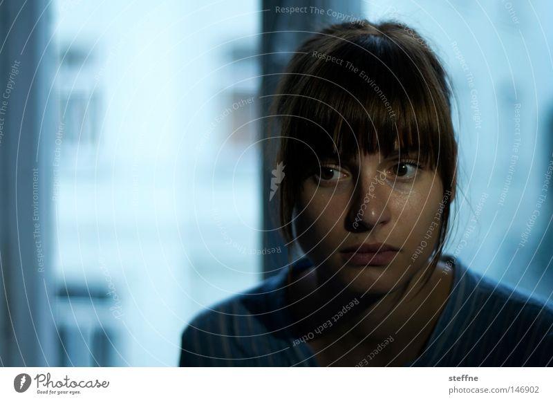 scepticism Frau dunkel gefährlich geheimnisvoll Erwartung unheimlich skeptisch ungewiss Junge Frau Porträt