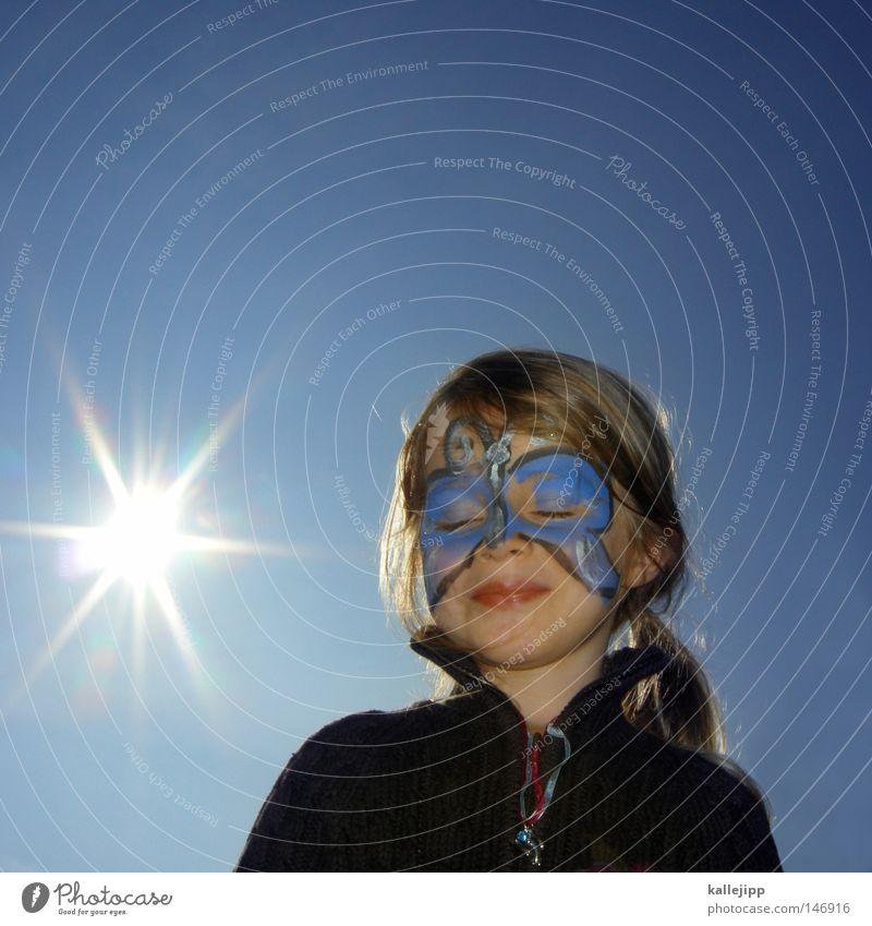 blauer engel Mädchen Kind Mensch Kindheit Spielen Freude genießen Unbeschwertheit Kindergeburtstag Kinderfest Maske Karnevalskostüm Schmuck Schmetterling bemalt