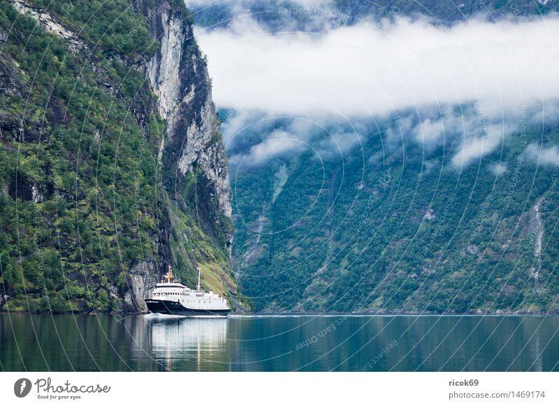 Blick auf den Geirangerfjord Erholung Ferien & Urlaub & Reisen Berge u. Gebirge Natur Landschaft Wasser Wolken Nebel Küste Fjord Verkehr Verkehrswege