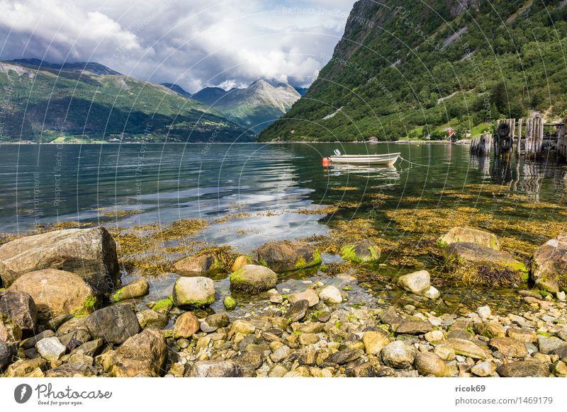 Boot am Storfjord Erholung Ferien & Urlaub & Reisen Berge u. Gebirge Natur Landschaft Wasser Wolken Fjord Motorboot Wasserfahrzeug Stein Idylle Tourismus