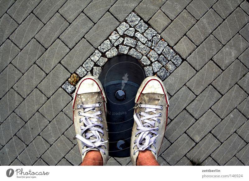 Pfahlstehen Mensch Freude Straße Schuhe Zufriedenheit stehen Grenze Bürgersteig Kopfsteinpflaster Turnschuh Pfosten Gleichgewicht Pflastersteine Fahrbahn Schuhbänder Holzpfahl
