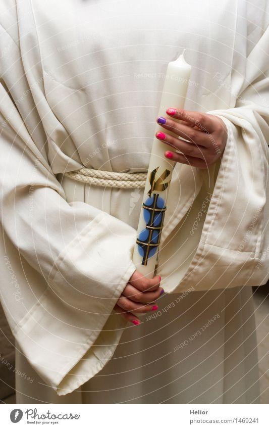 Kerzenträgerin Ostern Trauerfeier Beerdigung Taufe feminin Mädchen Junge Frau Jugendliche Hand Finger 1 Mensch 8-13 Jahre Kind Kindheit Stoff Zeichen Kreuz