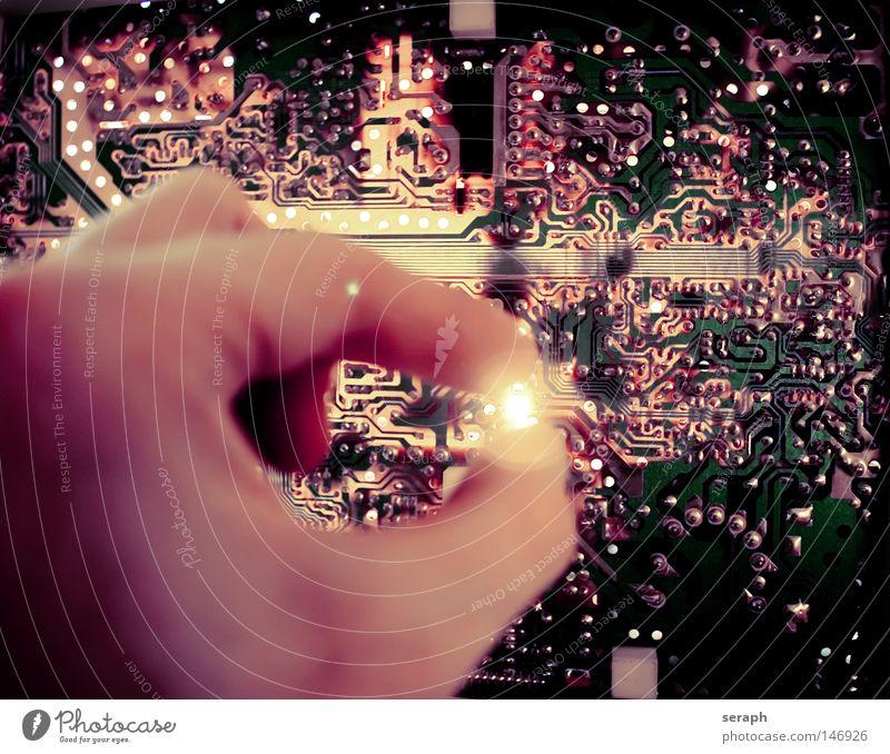 Cybertronic Mensch Mann Hand Erwachsene Lampe Computer Beleuchtung Arbeit & Erwerbstätigkeit Energiewirtschaft modern Finger Elektrizität Zukunft Kabel Makroaufnahme Internet