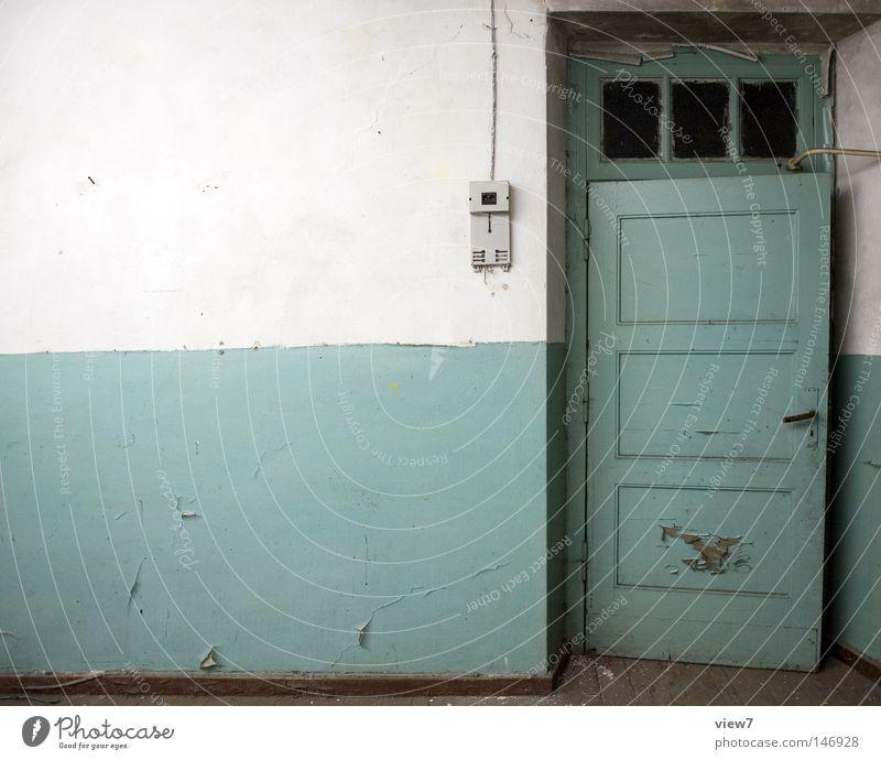Ausgang Tür Tor Eingang gehen Einsamkeit vergessen alt schäbig herzlos Farben und Lacke Gegenteil Kontrast gestalten Holz Glas Ruine Demontage Militärgebäude