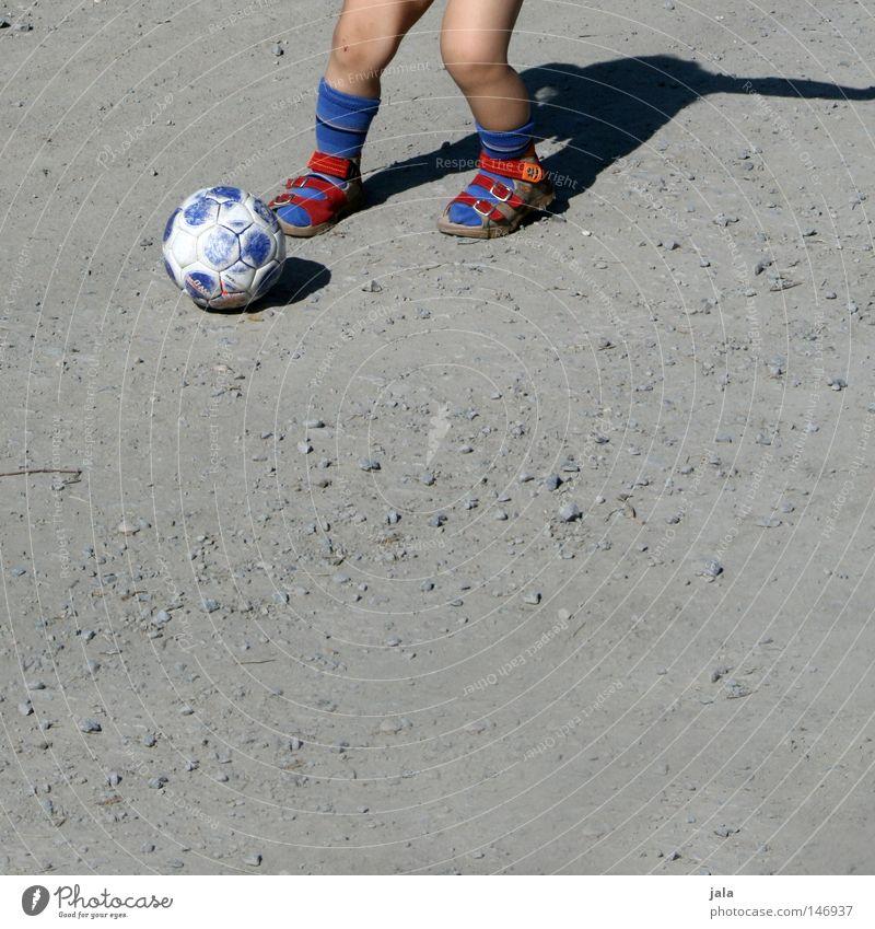soccer sox Mensch blau rot Sommer Sport Spielen Stein Sand Fußball hell laufen Aktion Ball Freizeit & Hobby Freundlichkeit sportlich