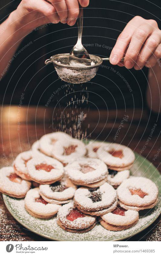 finish Lebensmittel Ernährung Duft Kitsch Keks Puderzucker süß Weihnachten & Advent Frau Hand Finger Innenaufnahme Weihnachtsgebäck Sieb Löffel bestäuben