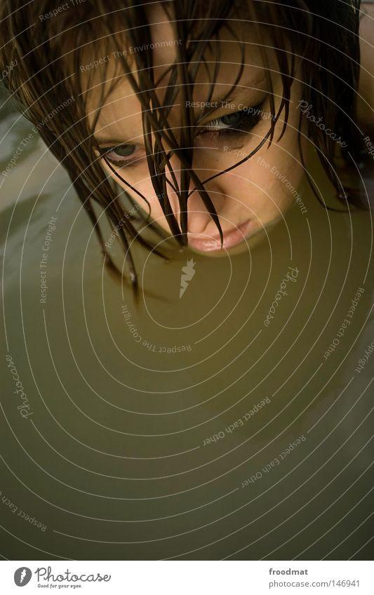 untertauchen Frau Wasser schön Sommer Gesicht Auge kalt Kopf Haare & Frisuren Stil Traurigkeit Denken Wellen Zufriedenheit Rücken Mund