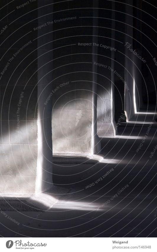 Umberto Licht mystisch Monochrom dunkel historisch Gotteshäuser Kloster Schatten Kriminalroman Mittelalter Säule Kathedrale unheimlich Kontrast