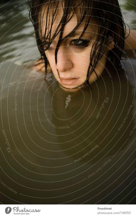 suppenhuhn Frau Wasser schön Sommer Gesicht Auge kalt Kopf Haare & Frisuren Stil Traurigkeit Denken Wellen Zufriedenheit Rücken Mund