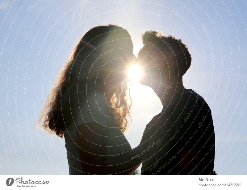 ein kuss Mensch Jugendliche Junge Frau Junger Mann Liebe Gefühle Glück Paar Zusammensein Freundschaft Zufriedenheit Lebensfreude Warmherzigkeit Schönes Wetter