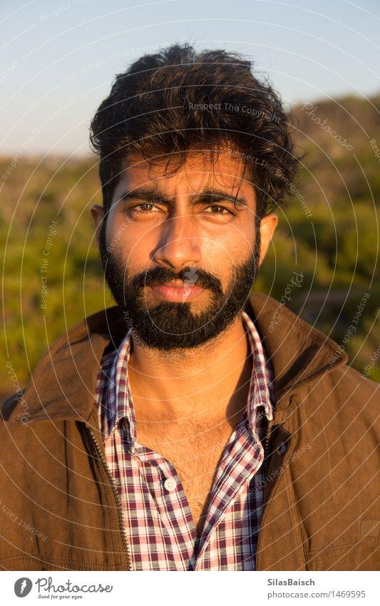 Mann Lifestyle Mensch maskulin Junger Mann Jugendliche Erwachsene Körper 1 18-30 Jahre Armut authentisch Gefühle Wahrheit Inder Porträt Farbfoto Morgen Licht