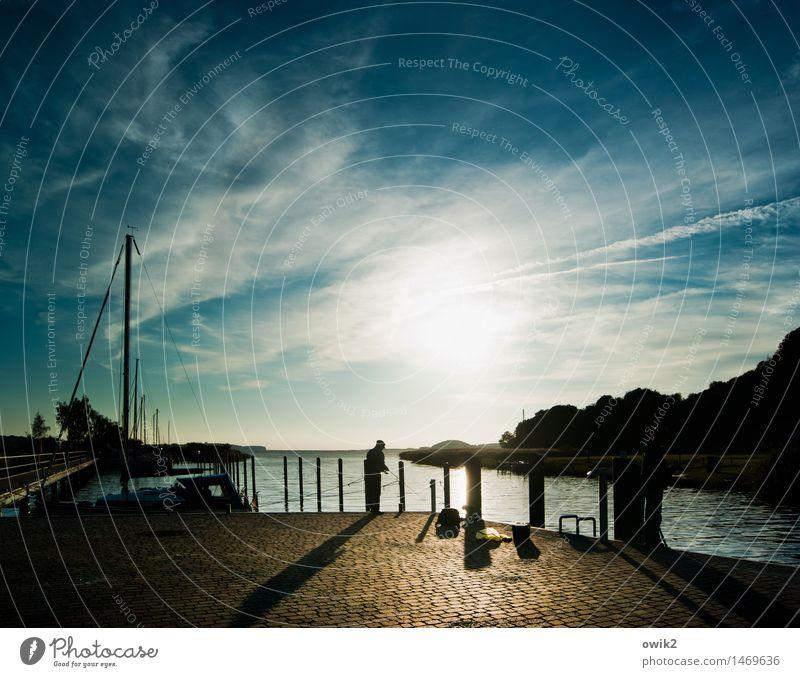 Am Bodden Mensch maskulin 2 Umwelt Natur Landschaft Himmel Wolken Horizont Küste Ostsee Anlegestelle stehen hell Vorsicht Gelassenheit geduldig ruhig
