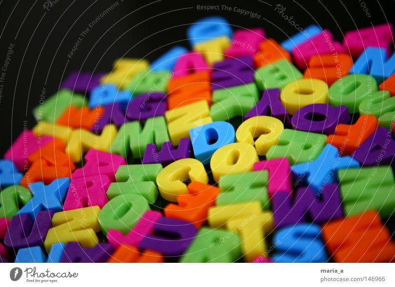Buchstabensalat Lateinisches Alphabet mehrfarbig Farbe Magnet gelb orange rosa blau violett grün kleben schreiben Wort schwarz eng durcheinander Kühlschrank
