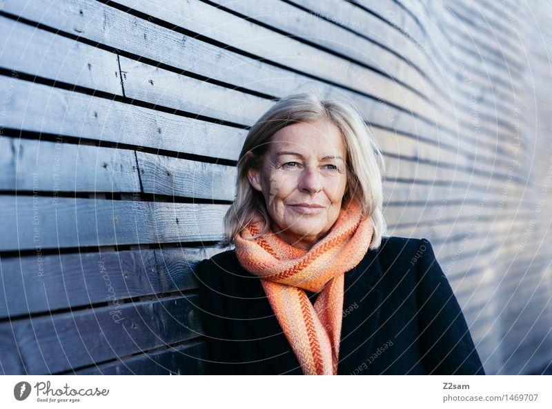 Traudl elegant Stil feminin Weiblicher Senior Frau 45-60 Jahre Erwachsene Haus Mode Mantel Schal blond Denken Erholung Lächeln lachen Blick stehen träumen alt