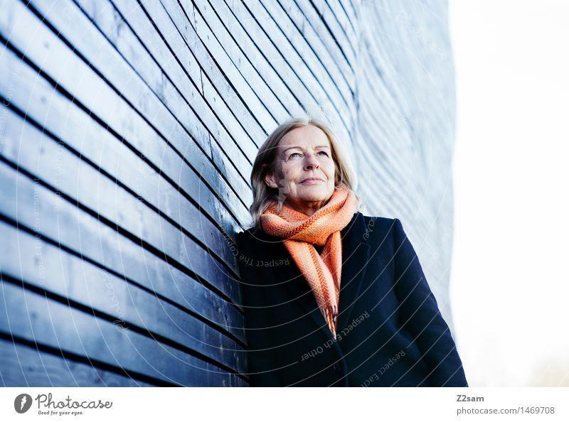 Traudl Lifestyle elegant Stil feminin Frau Erwachsene Weiblicher Senior 45-60 Jahre Stadt Haus Mode Mantel Schal blond langhaarig Denken genießen Lächeln