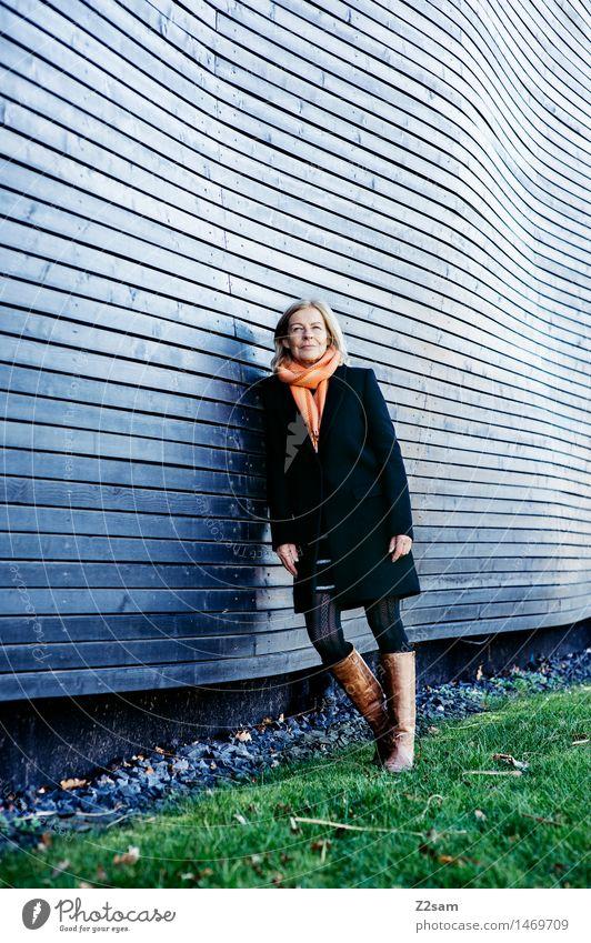 Ruhestand Lifestyle elegant Stil feminin Weiblicher Senior Frau 45-60 Jahre Erwachsene Winter Wiese Stadt Architektur Mode Rock Mantel Schal Stiefel blond