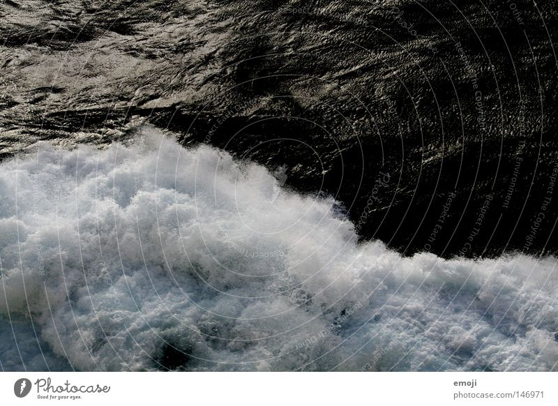 weiss auf schwarz Wasser weiß Meer dunkel kalt Wellen nass spritzen Gischt Buhne Uferbefestigung spritzig