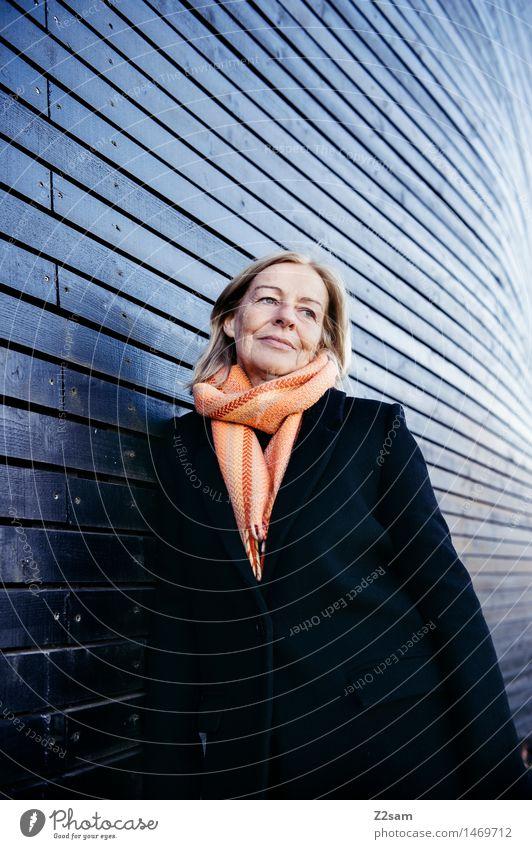 lean on feminin Weiblicher Senior Frau 1 Mensch 45-60 Jahre Erwachsene Gebäude Mantel Schal blond Denken Lächeln träumen warten elegant Freundlichkeit