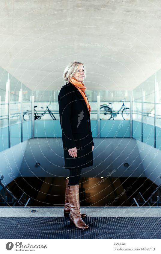 Traudl elegant Stil feminin Weiblicher Senior Frau 45-60 Jahre Erwachsene Stadt Architektur Mode Mantel Schal Stiefel blond Denken Lächeln stehen alt