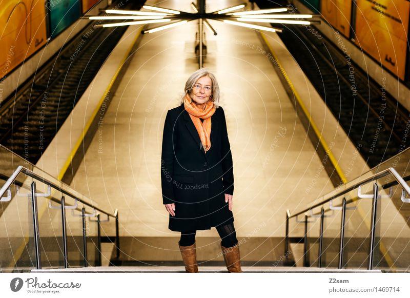 upstairs feminin Weiblicher Senior Frau 1 Mensch 45-60 Jahre Erwachsene Treppe Öffentlicher Personennahverkehr U-Bahn Bahnhof Bahnsteig Gleise Mantel Schal