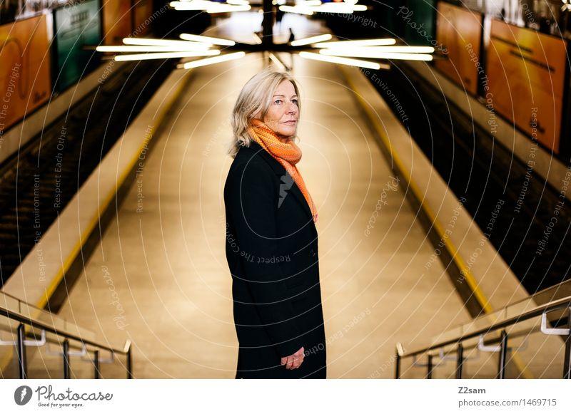 Traudl Lifestyle elegant Stil feminin Junge Frau Jugendliche 45-60 Jahre Erwachsene Stadt Bahnhof Tunnel Mode Mantel Schal blond langhaarig alt Erfolg schön