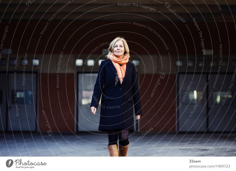 Auf geht's - pack ma's an! Frau Stadt Erwachsene Architektur natürlich feminin Stil Mode Business gehen elegant Kraft modern blond Erfolg 45-60 Jahre
