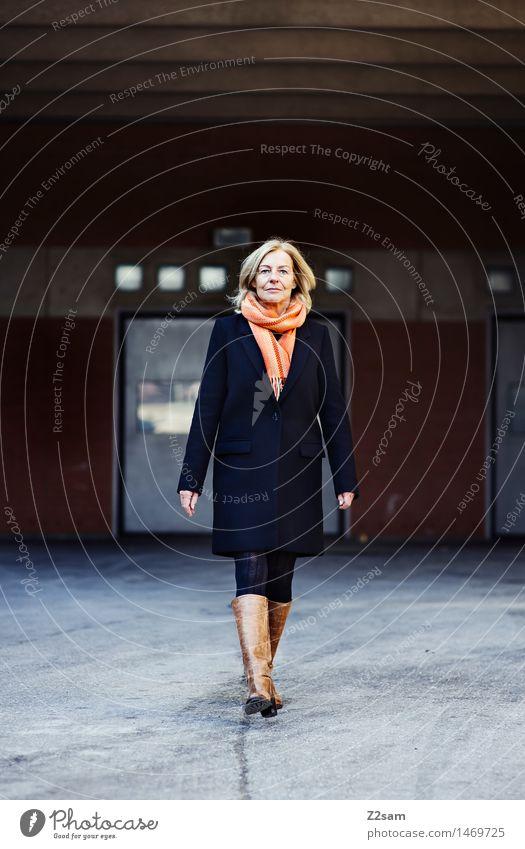 Traudl Lifestyle elegant Stil feminin Frau Erwachsene Weiblicher Senior 45-60 Jahre Stadt Mode Mantel Schal Stiefel blond gehen Lächeln lachen alt authentisch