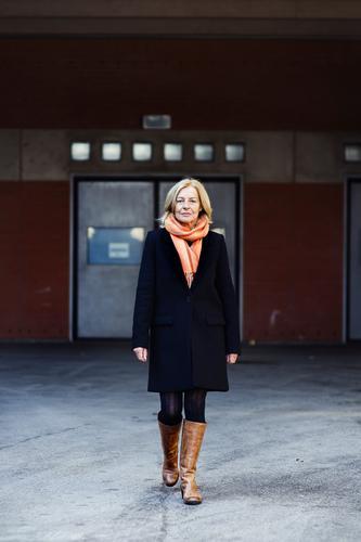 Traudl elegant Stil feminin Weiblicher Senior Frau 45-60 Jahre Erwachsene Stadt Architektur Mode Mantel Schal Stiefel blond gehen Lächeln lachen alt