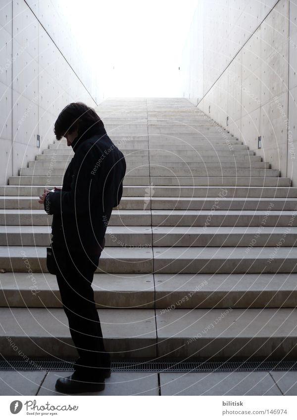 Knick in der Optik Mann schwarz Ferne kalt Wand grau Denken Linie hell Architektur Erwachsene Beton Fassade Treppe modern