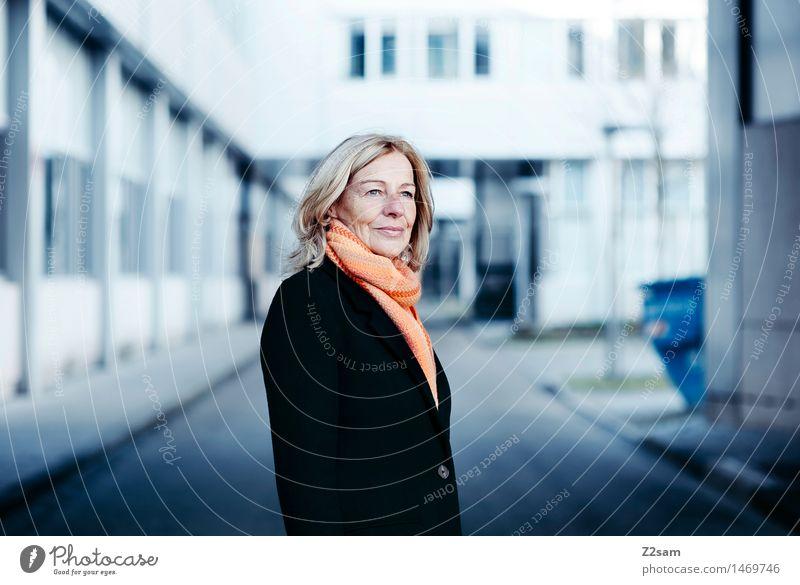 B2B Lifestyle elegant Stil feminin Junge Frau Jugendliche 45-60 Jahre Erwachsene Architektur Mode Mantel Schal blond Lächeln lachen stehen Erfolg Freundlichkeit