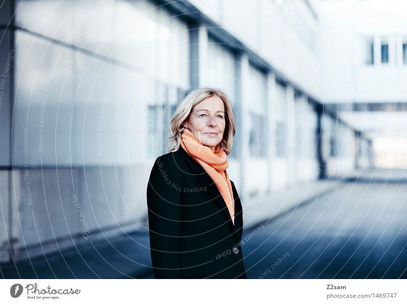 Mrs T Frau alt blau schön Winter kalt Erwachsene natürlich feminin Stil Glück Mode Business Zufriedenheit elegant blond