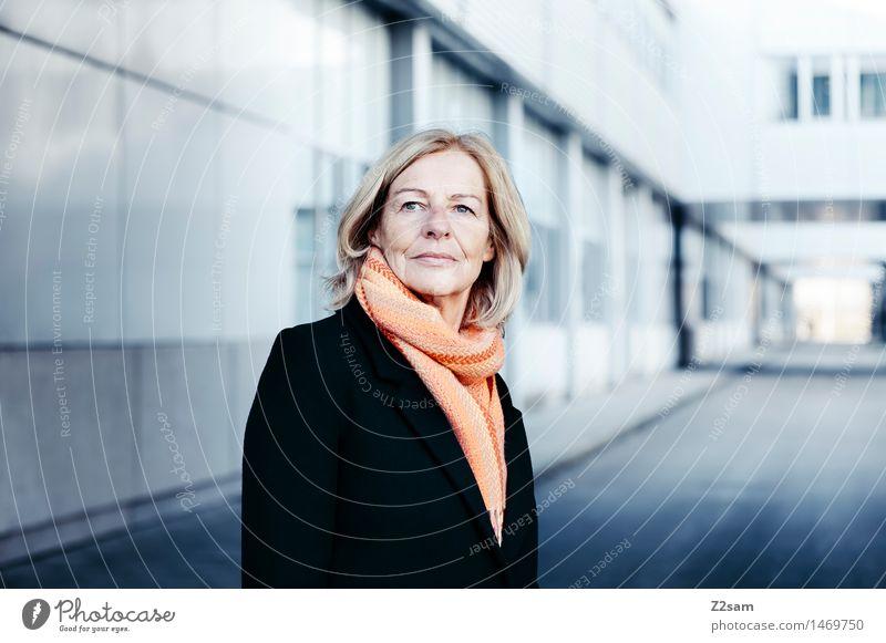 B2B elegant Stil Gesundheit feminin Weiblicher Senior Frau 45-60 Jahre Erwachsene Stadt Mode Mantel Schal blond alt Denken Lächeln stehen authentisch