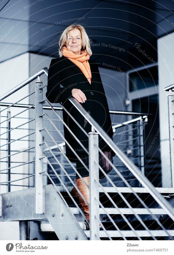 Frau mittleren Alters im Business Outfit Lifestyle elegant Stil feminin Weiblicher Senior 60 und älter Stadtzentrum Mode Mantel Schal Stiefel blond langhaarig