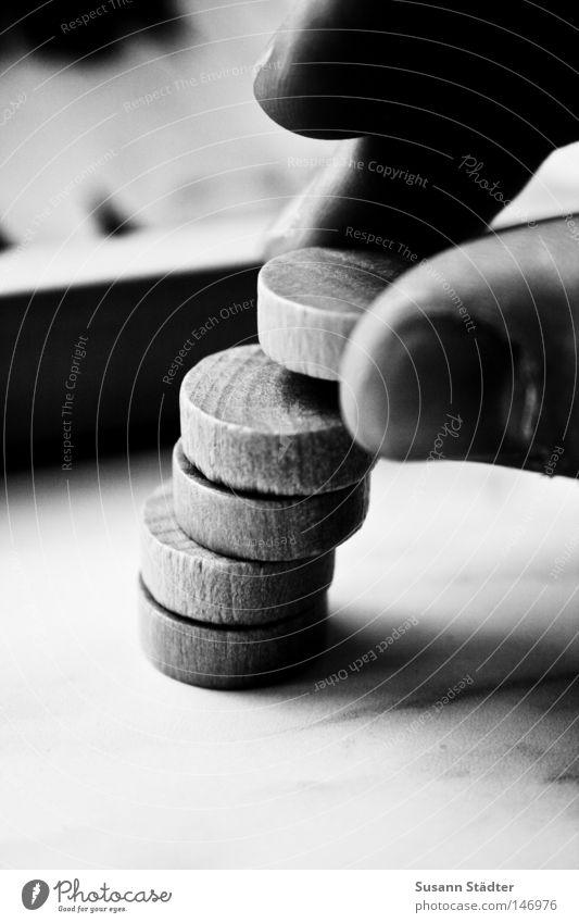 Stein auf Stein Backgammon Spielstein Spielen Erfolg Glücksspiel Brettspiel Turm gefährlich wackeln Detailaufnahme bedrohlich Neigung