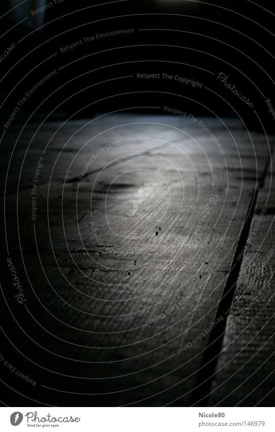 bretter die die welt bedeuten? ruhig dunkel schwarz Holz Bodenbelag Trauer Holzbrett Verzweiflung Holzfußboden Lichtschein Dachboden Erkenntnis Balken