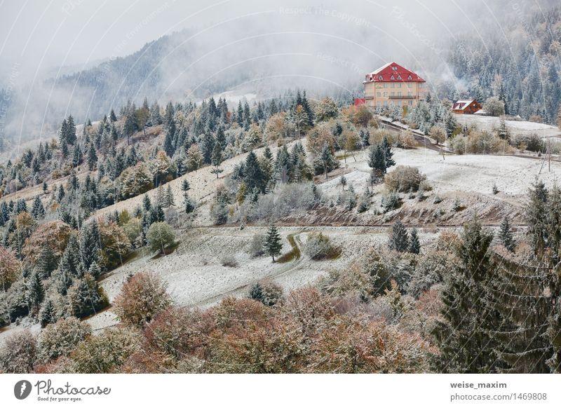 Hotel in Bergen. Schnee und Nebel. Winter kommt Ferien & Urlaub & Reisen grün Baum Haus Wald Berge u. Gebirge gelb Herbst Wiese Gras Wohnung Schneefall
