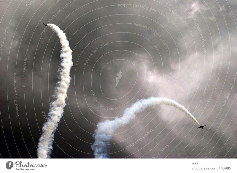 Adrenalin Himmel blau Freude Wolken Spielen Flugzeug Luftverkehr Aktion Flügel Veranstaltung Rauch Sportveranstaltung Klang Jubiläum krumm Düsenflugzeug