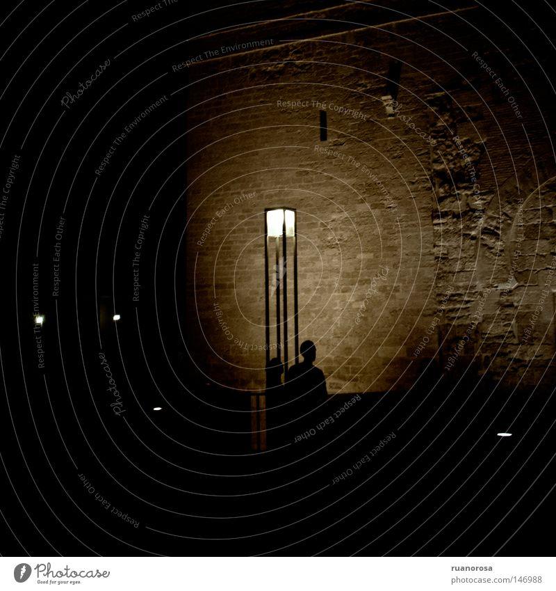 Sie Nacht Licht Laterne Straße Denkmal Schatten Paar Nachthimmel Wand Mauer geheimnisvoll Mysterium Versammlung Mensch Mann obskur dunkel Straßenbeleuchtung