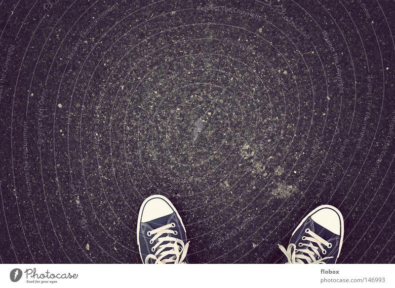asphalt in schick Jugendliche weiß schwarz Straße Stil Bewegung Fuß Wege & Pfade Schuhe Bekleidung Coolness retro Bodenbelag Asphalt Student Stoff