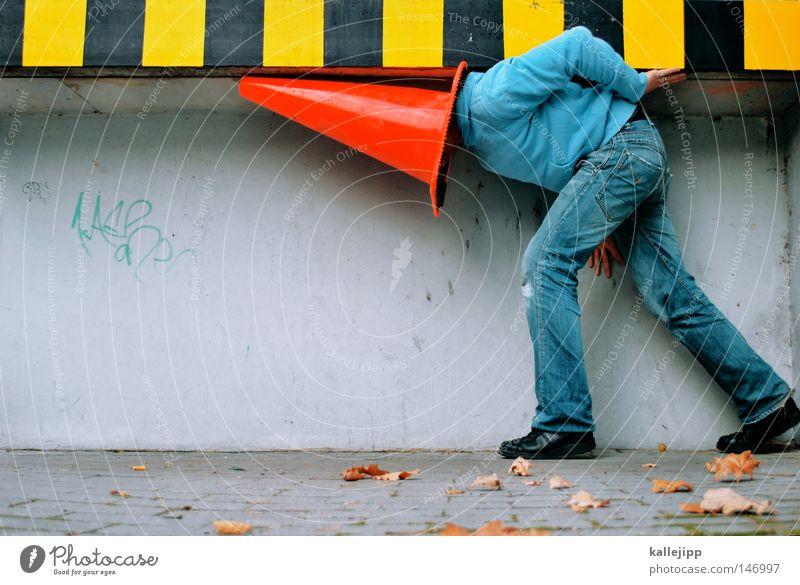 streifenhütchen Mann Mensch Pilzhut Kopfbedeckung rot Baustelle Hut Spielen Barfuß Wand Leitplanke Verkehr skurril verrückt fremd verdeckt Spitzel Türspion