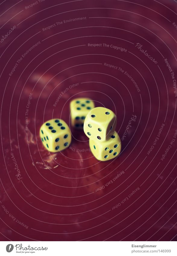 Würfelspiel Spielen Glück Freizeit & Hobby liegen Tisch retro Ziffern & Zahlen 4 Zähler aufeinander Glücksspiel