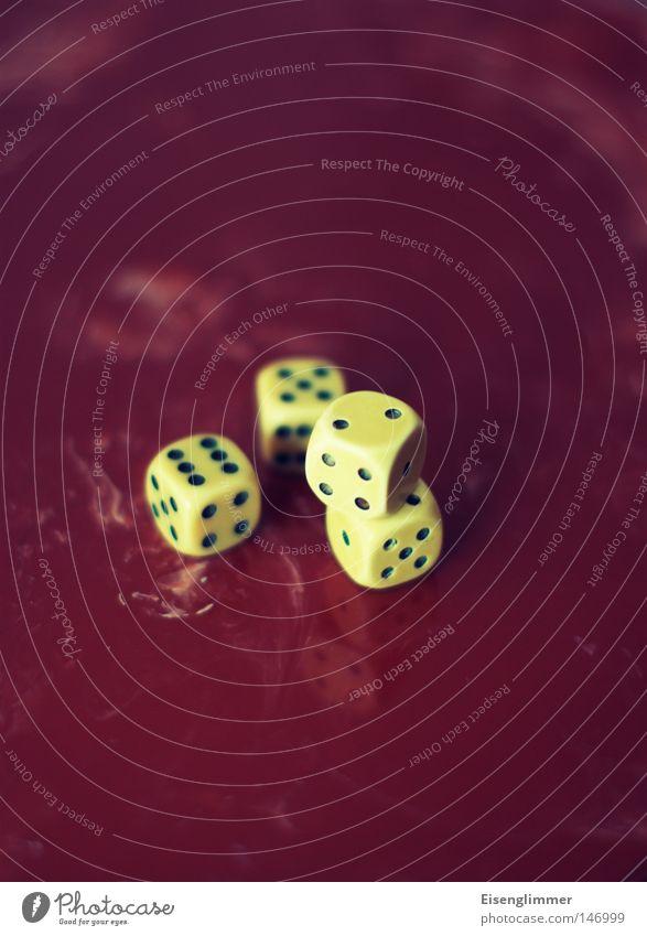 Würfelspiel Spielen Glück Freizeit & Hobby Würfel liegen Tisch retro Ziffern & Zahlen 4 Zähler aufeinander Glücksspiel Würfelspiel