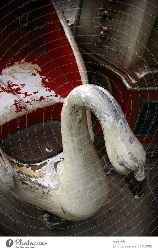 Schwan gehabt Jahrmarkt weiß Tier Federvieh Fahrgeschäfte Schausteller rot Trauer hängend rund Schnabel kaputt desolat verfallen Patina retro Antiquität Freude