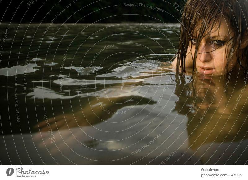 kaltes dreckiges wasser Frau Wasser schön Sommer Gesicht Auge kalt Kopf Haare & Frisuren Stil Traurigkeit Denken Wellen Zufriedenheit Rücken Mund