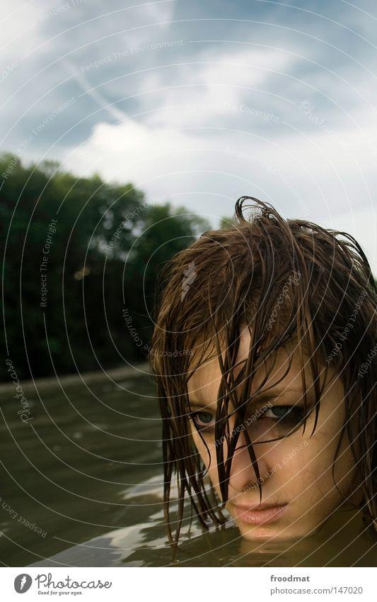 swimmingpool der zeit Frau Wasser schön Sommer Gesicht Auge kalt Kopf Haare & Frisuren Stil Traurigkeit Denken Wellen Zufriedenheit Rücken Mund