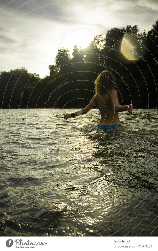 hippieesque Frau Himmel blau Wasser schön rot Sonne Sommer Freude Wolken Wald Haare & Frisuren Stil Linie Schwimmen & Baden Rücken