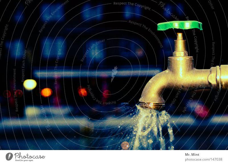 late night drink Wasser Metall Wassertropfen Trinkwasser nass geschlossen Metallwaren Tropfen Flüssigkeit feucht obskur spritzen schließen Kanal Wasserhahn spät