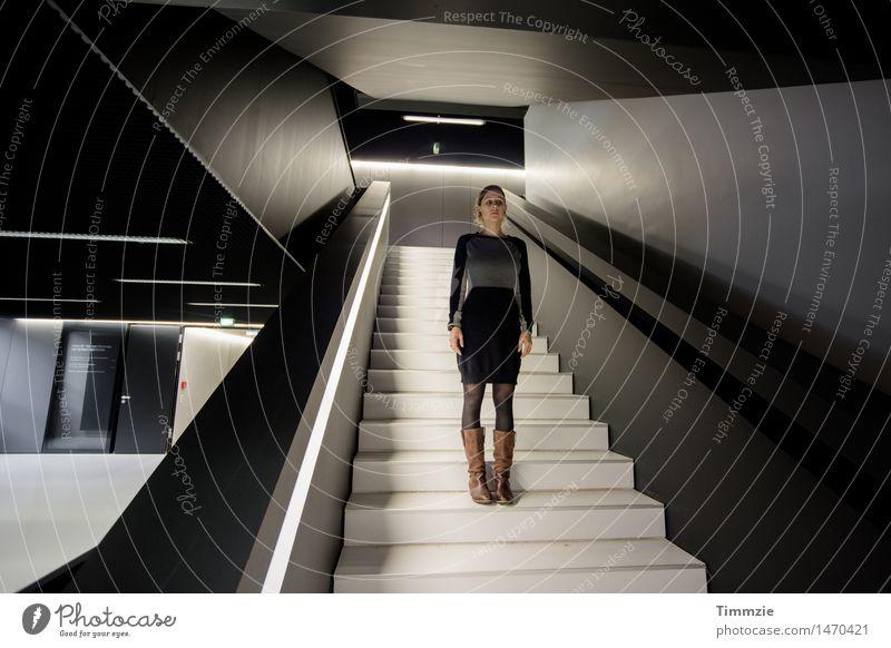 running to stand still feminin Junge Frau Jugendliche 1 Mensch 18-30 Jahre Erwachsene Architektur Treppe Mode Kleid Stiefel stehen warten ästhetisch blond