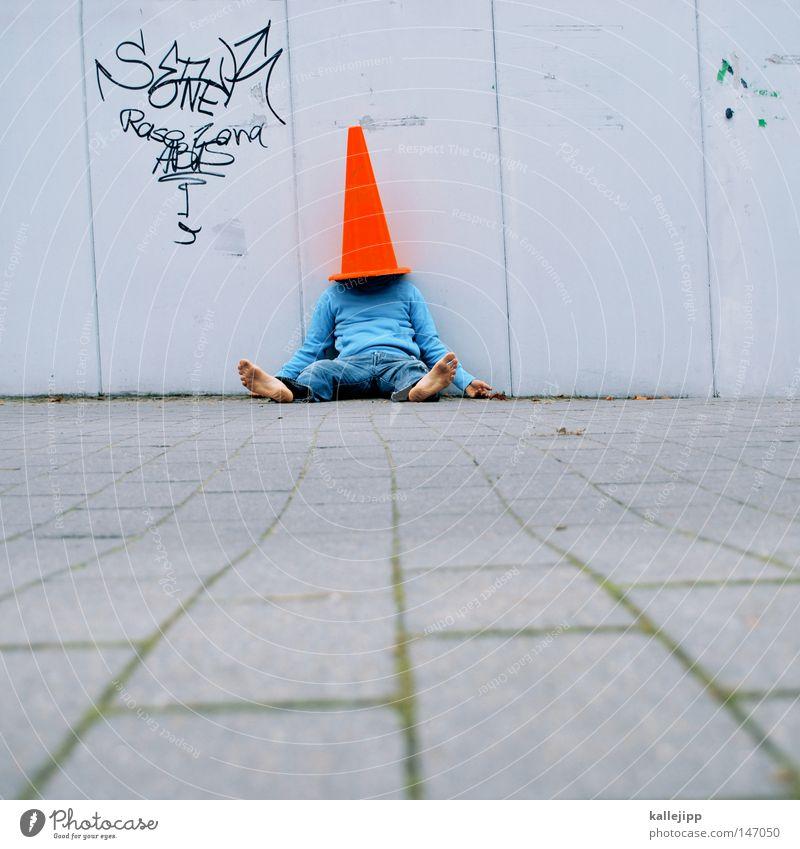 von den socken Mann Mensch Pilzhut Kopfbedeckung rot Baustelle Hut Spielen Barfuß Wand Leitplanke Verkehr Stadt skurril verrückt fremd verdeckt Spitzel Türspion